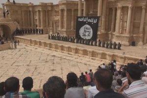 Zbiorowa egzekucja w amfiteatrze w Palmirze. Pa�stwo Islamskie zn�w oddaje bro� w r�ce dzieci