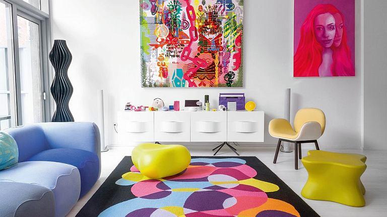 Karim Rashid sprzętami z wyjątkowo bogatego portfolio mebluje, dekoruje i oświetla pokoje. - Wierzę, że design może uczynić nasze życie bardziej poetyckim - mówi. Za sofą Kivas lampa Vapor (Studio Italia). Na podłodze dywan z egipskiej manufaktury Oriental Weavers.