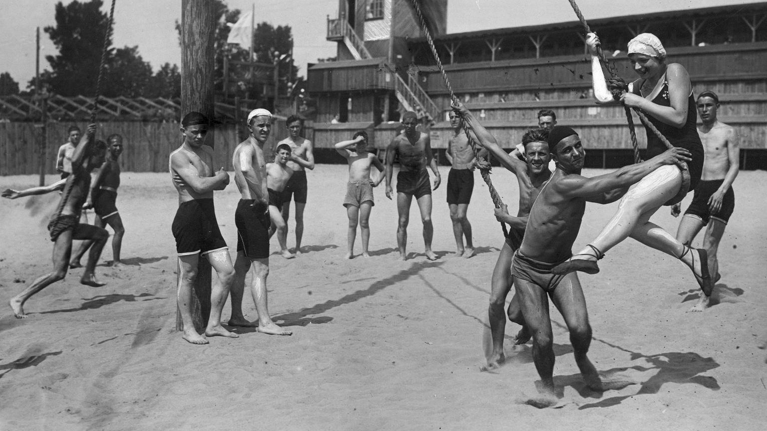Zabawy na warszawskiej plaży 'Poniatówka', 1929 r.
