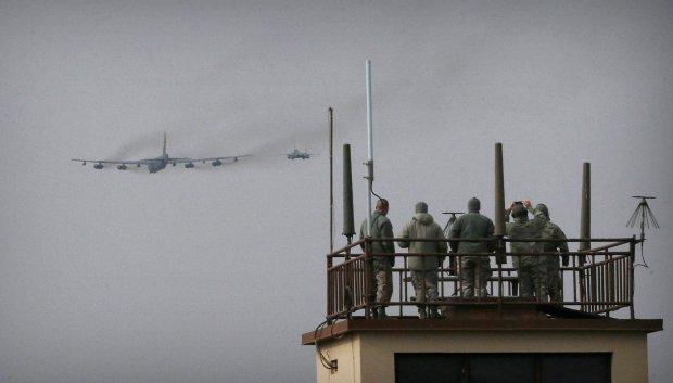 Superforteca B-52 przelatuje nad bazą sił powietrznych Osan w Korei Południowej w pobliżu granicy z Północą