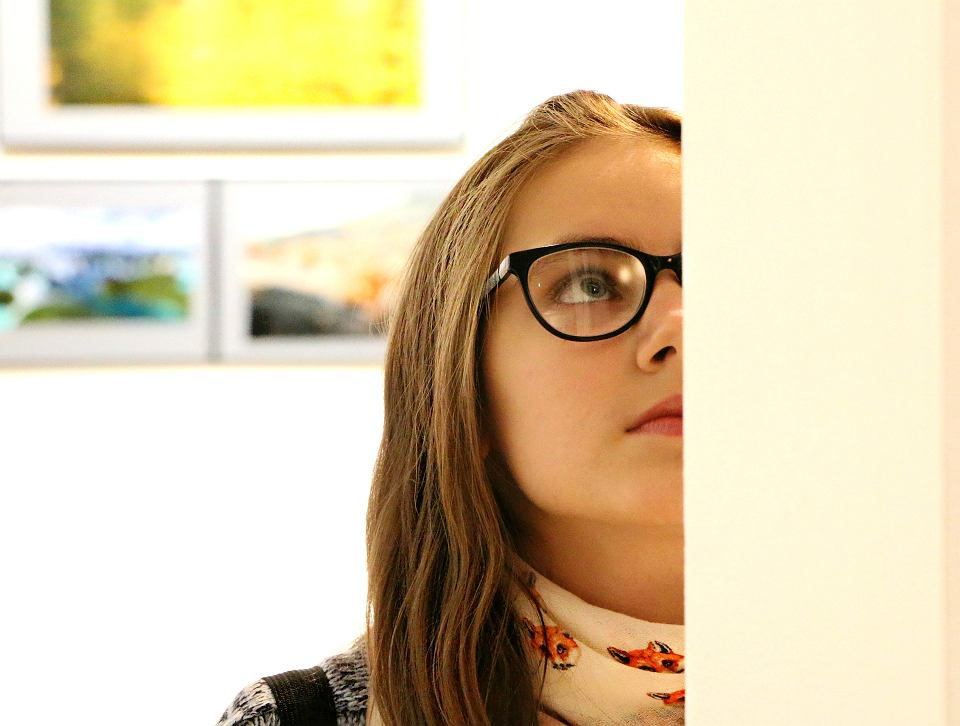 Dziewczyna w galerii sztuki