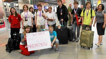 Złoty, srebrny i cztery brązowe medale przywieźli polscy uczniowie z lipcowej olimpiady matematycznej w Tajlandii. Na zdjęciu powitanie olimpijczyków na warszawskim Okęciu