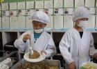 Japońskie szkoły to z naszej perspektywy prawdziwy fenomen. Wystarczy tylko spojrzeć, w jaki sposób jedzą obiad