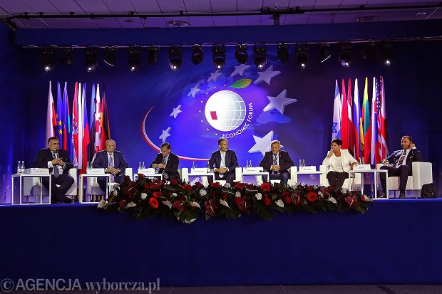 Od lewej:  red. Tomasz Sakiewicz, Stepan Kubiv, William Ribaudo, Reiner Schaltmann, Valeri Siemionov, była premier, obecna wicepremier rządu PiS Beata Szydlo i Filip Thon podczas sesji plenarnej otwierającej XXVIII Forum Ekonomiczne w Krynicy. 4 września 2018