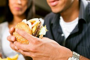 Chcesz zajść w ciążę? Twój facet powinien odstawić fast foody i jeść owsiankę!