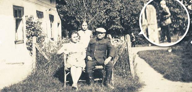 Fotografia zrobiona najpewniej w 1943 r. Przy grabowskim dworze na pierwszym planie Jan Komornicki, brat Marii, z gośćmi. W oddali przechadza się Piotr Odmieniec Włast. Maria Janion po ujrzeniu tego zdjęcia zanotowała: To się nazywa ''utrwalić nieobecność''! Bo postać jest nieobecna, odwrócona (można ją poznać tylko po podniesieniu głowy), twarzy nie widać, ledwie zarys osoby. Istotnie, Maria Komornicka, gwiazda Młodej Polski, przez pół wieku była nieobecna nie tylko w świadomości czytelników, ale też badaczy literatury.