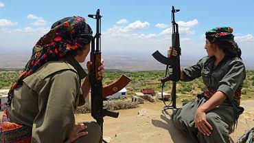 Trening jezydek na górze Sinjar zorganizowany przez Kurdów.