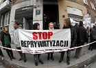 """""""Żądamy funduszu dla ofiar dzikiej reprywatyzacji"""". Protest lokatorów pod zwróconą kamienicą"""