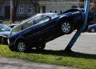 Zaparkowa� auto... na latarni. Policjanci zdumieni [FOTO]