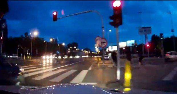 Kadr z filmu przedstawiaj�cego rajd kierowcy bia�ego BMW po ulicach Warszawy