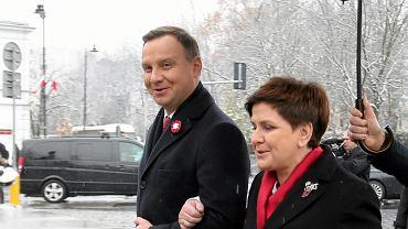 Prezydent RP Andrzej Duda i premier Beata Szydło składają kwiaty pod pomnikiem marszałka Józefa Piłsudskiego