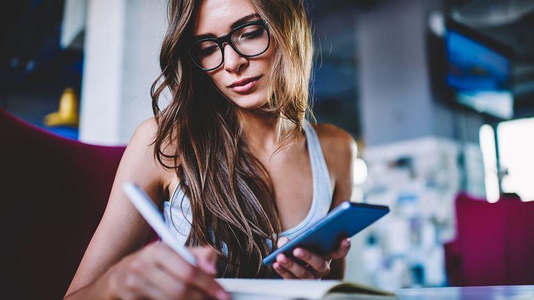 W kwestii zarządzania pieniędzmi i bezpiecznego ich inwestowania, mężczyźni mogliby się sporo od kobiet nauczyć (fot. shutterstock.com)