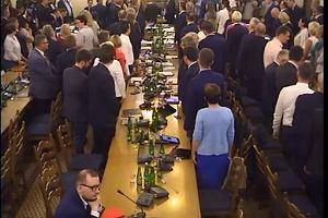 Posłowie śpiewają hymn Polski podczas posiedzenia Komisji Sprawiedliwości