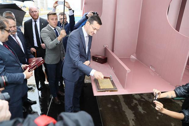 Fikcja, czyli jak rząd odbudowuje stocznię. Wicepremier Morawiecki położył stępkę pod budowę promu, na który nie ma nawet projektu