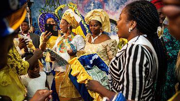 Nigeryjski Kościół Apostolski. Nigeryjskie wesele. Ślub Testimony i Mike'a, którzy należą do Kościoła Apostolskiego 'Miłosierdzie Bożej Rodziny' w Torre Angela, robotniczej dzielnicy na wschodnich przedmieściach Rzymu