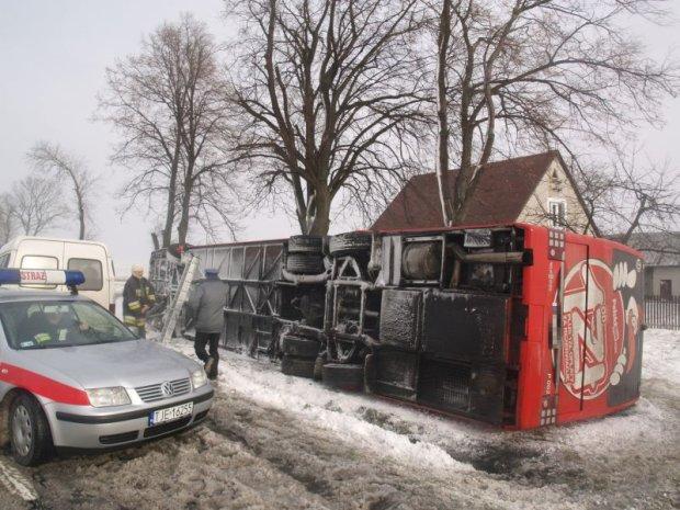 Wiatr przewr�ci� autobus relacji Krak�w - Warszawa [ZDJ�CIA, NOWE FAKTY]