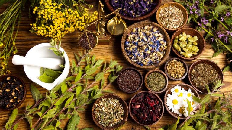 Kosmetyki naturalne to preparaty, które powstały ze składników pochodzenia roślinnego, mineralnego lub morskiego i nie były przetwarzane razem z syntetycznymi produktami chemicznymi (fot. iStockphoto.com)