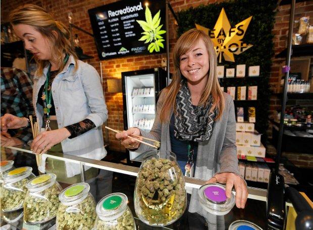 Sprzedawczyni ze sklepu z legaln� marihuan� na przedmie�ciach Denver