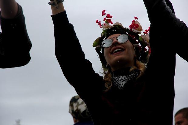 Uczestniczka festiwalu w kwiecistym wianku. Woodstock 2016.