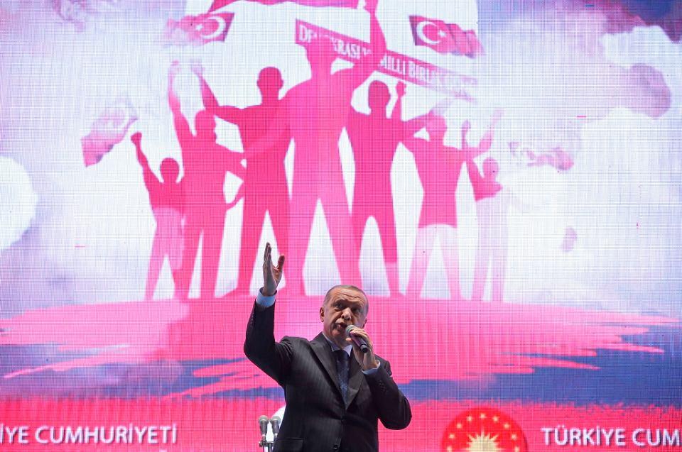 Prezydent Turcji Recep Tayyip Erdogan przemawia podczas uroczystości upamiętniającej nieudany zamach stanu sprzed dwóch lat. Stambuł, 15 lipca 2018 r.