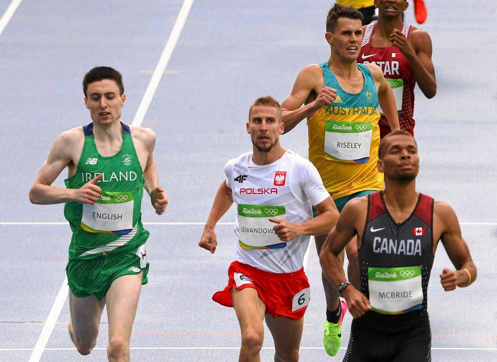 Rio 2016. Marcin Lewandowski biegnie na 800 m.