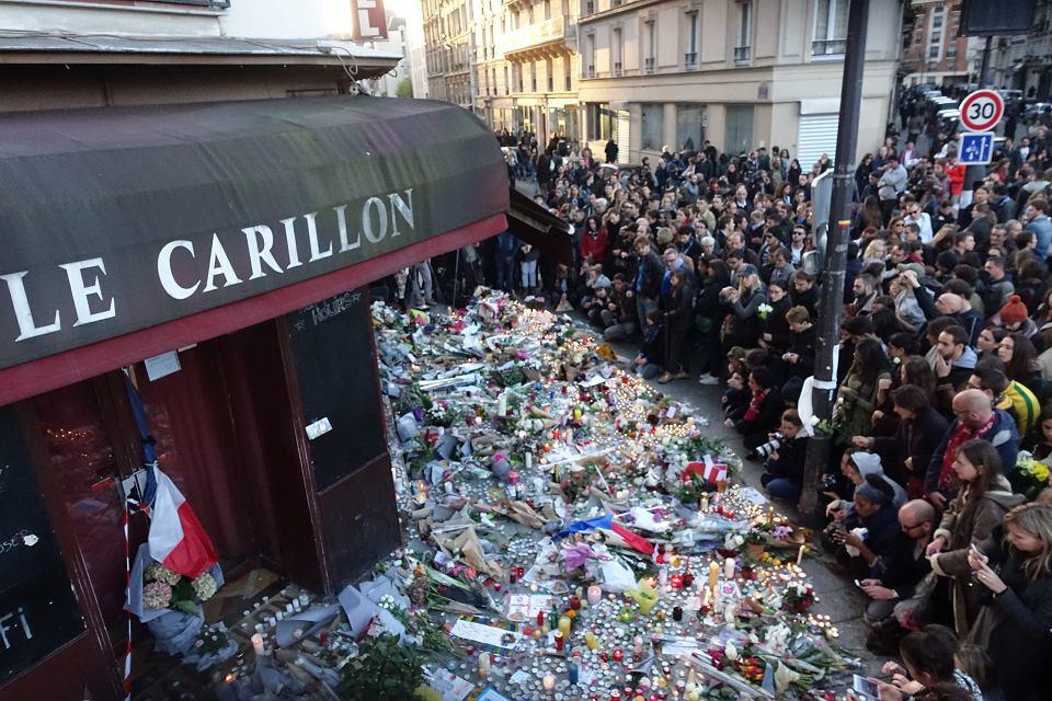Paryzanie oddaja hold ofiarom zamachow terrorystycznych, ktore mialy miejsce 13 listopada 2015