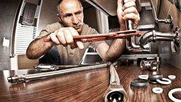 Z badań wynika, że mężczyźni wolą wezwać hydraulika niż sami naprawić kran