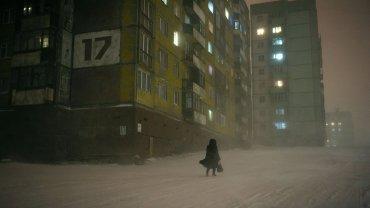 Norylsk to miasto położone w północnej części Rosji, 300 kilometrów na północ od koła polarnego. Mimo że panujące tu warunki są często ekstremalnie trudne, to swoje życie z tym miastem związało ponad 170 tysięcy ludzi.
