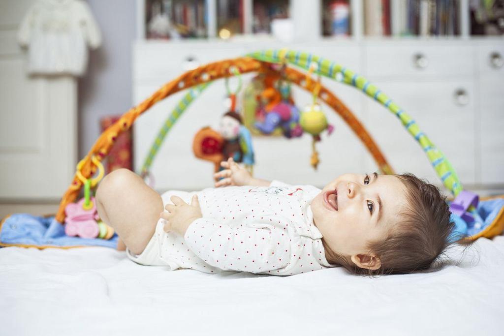 Maty edukacyjne to coś, co spodoba się niemowlakom. Juz kilkumiesięczne dziecko może z powodzeniem z niej korzystać. Maty edukacyjne dla dzieci to jedne z najczęściej wybieranych zabawek dla najmłodszych. Na rynku jest ich naprawdę wiele, na co zwracać uwagę przy zakupie?