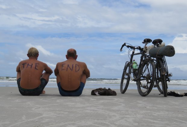 4 marca 2016 roku, brazylijskie wybrzeże Atlantyku - zakończenie wyprawy, od lewej Hubert Kisiński i Dawid Andres