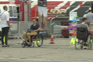 Wózek i rajdowy samochód. Kierowcy z niepełnosprawnościami, ale bez ciepłych kocyków na kolanach