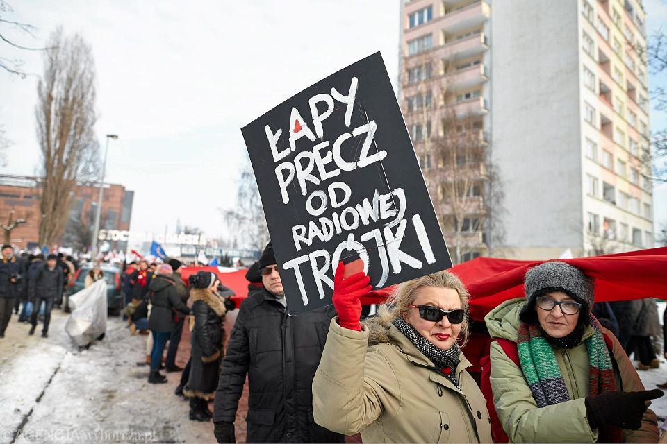 Zwolennicy demokracji manifestują sprzeciw wobec niedemokratycznych działań władz partyjnych i państwowych PiS (