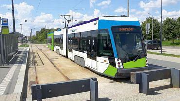 Dwukierunkowy tramwaj na torze odstawczym na końcowym przystanku na os. Kaliny