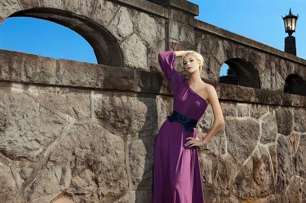 Sukienka one shoulder - letnie stylizacje na różne okazje