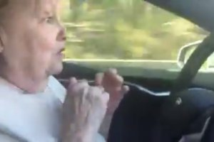 Wideo | Starsza pani kontra Autopilot Tesli