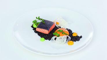 6. Do ugotowanego w niskiej temperaturze łososia pasuje czarna soczewica (barwiona sepią), koper włoski, krem ze szczypiorku, piana i purée z marchewki oraz suszona pietruszka.