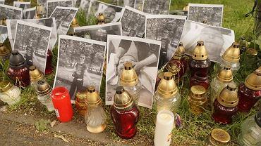 Pod komisariatem manifestanci zostawili znicze i zdjęcia Igora