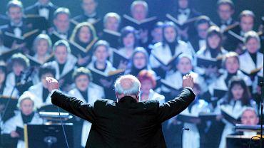 """Krzysztof Penderecki dyryguje w Szczecinie w czasie koncertu upamiętniającego wydarzenia grudnia 1970 i stycznia 1971 r. Wykonano wtedy jego """"Requiem polskie"""""""