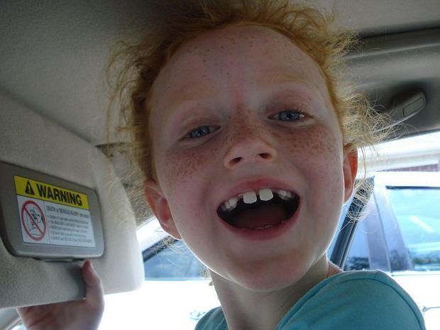 Dzieci nie powinny połykać pasty do zębów. A niektóre wręcz zajadają się kolorowymi smakowymi pastami.