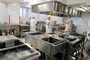 Jedzenie w szpitalach w Poznaniu: od smażonej kiełbasy do wegańskiego mielonego, wędliny nie ma - bo post