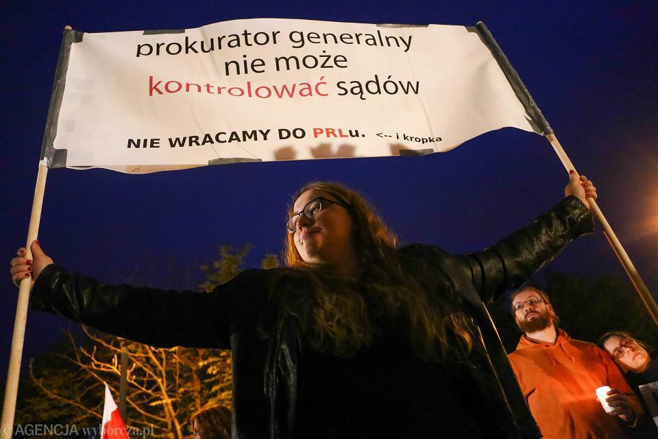 25.07.2017 Kraków. Łańcuch światła wokół Sądu Okręgowego, w proteście przeciwko zmianom w sądownictwie.