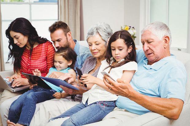 Jaki telefon wybrać dla dziecka? A jaki dla babci i dziadka?