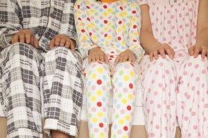 """Jak długo nosimy tę samą piżamę? Mężczyźni: """"Dopóki partnerka nie powie, że śmierdzi"""""""