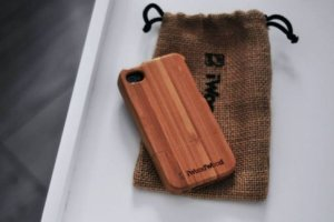 Etui na telefon: moda na drewno