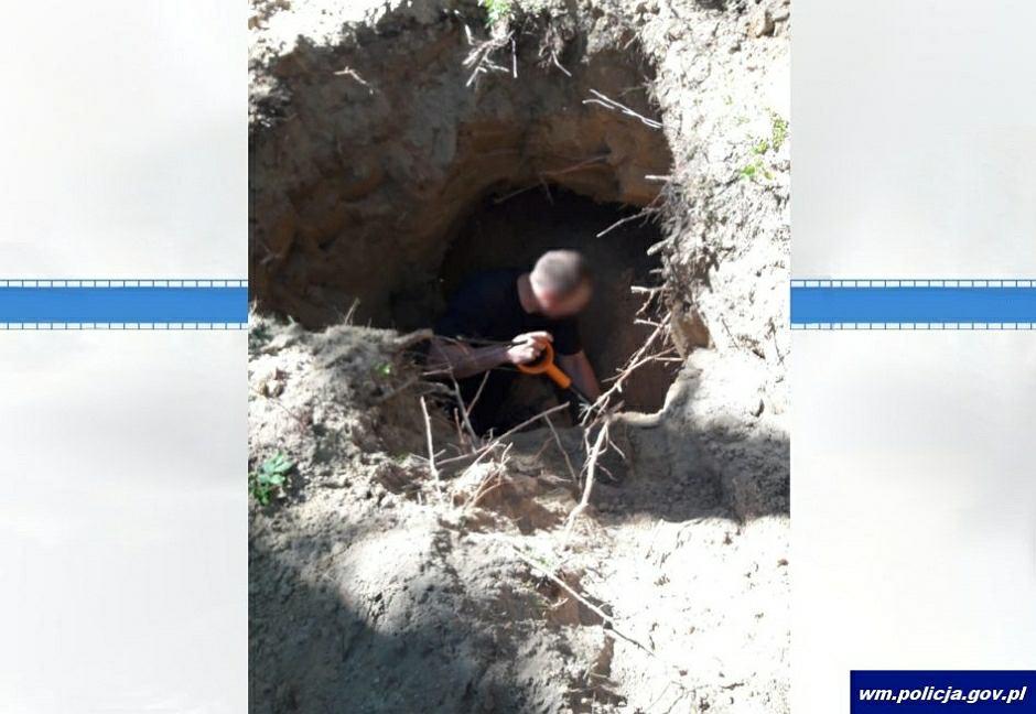 Olsztynek. Makabryczne odkrycie policji. Czy znaleziony w lesie szkielet to zaginiony 20 lat temu mężczyzna?