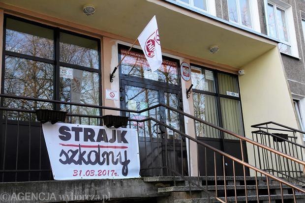 Strajk nauczycieli. Interwencje policji i nagonka kuratorium