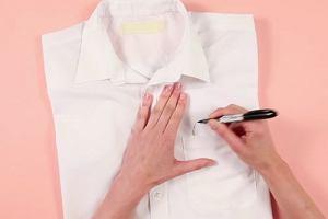 Proste zdobienie białej koszuli