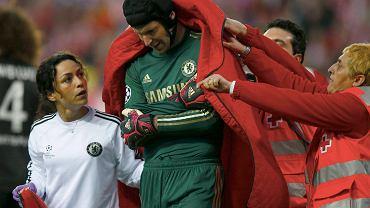 Petr Cech schodzi z boiska z kontuzją barku. W tym sezonie już nie zagra