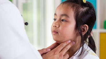 Świnka to choroba wywoływana wirusem. Na świnkę chorują i dzieci, i dorośli.
