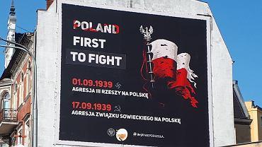 Baner IPN z poprawionym słowem 'fight', w którym była literówka